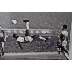 Pele-Signed-PSA_DNA-16x20-Pele-Famous-Bicycle-Kick-Sports-Soccer-Memorabilia